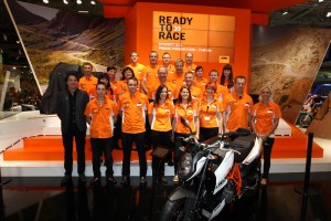 Eva Priewasser, vorne rechts, und die KTM-Crew // Eva Priewasser, front right, and the KTM-Crew.