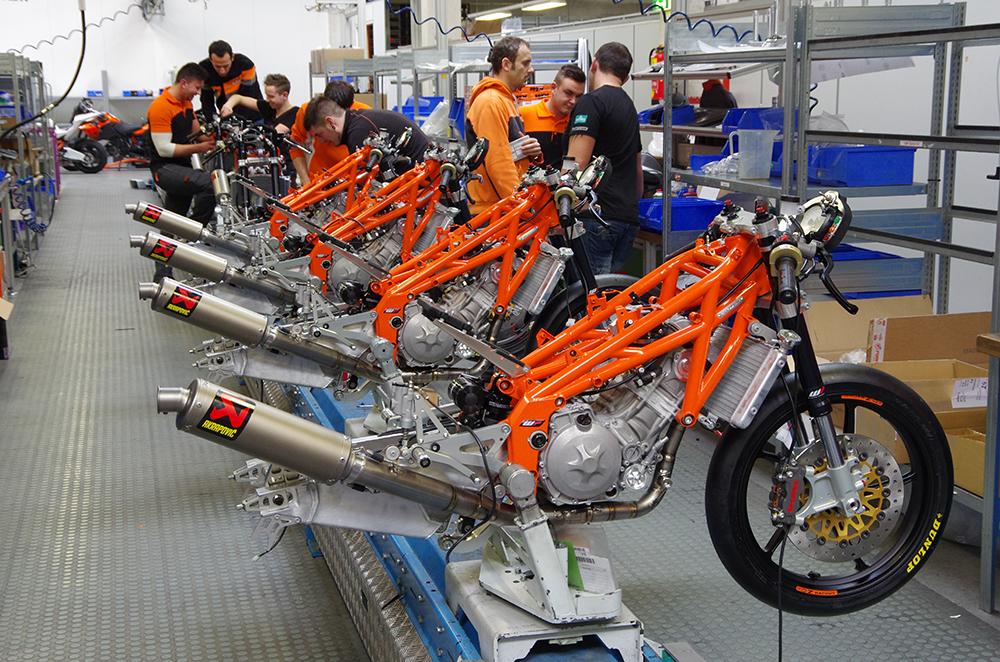 Fertigung in Kleinserie in Mattighofen: KTM Moto3-Production Racer. // Assembly-line in ...