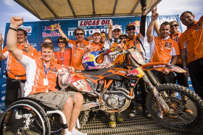 Beflügelt durch gemeinsame Erfolge: mit AMA-Chamion Dungey und Team. // The joy of winning together with AMA-Champion Dungey and Team.