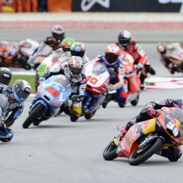 Dicht gedrängt: das Moto3-Feld in Runde 1. //