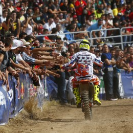 Cairoli greets the Spanish fans