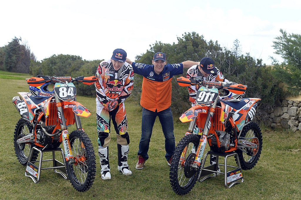 011_KTM_2014_MX2_team_group_lowres