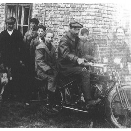 10132_Hans_Trunkenpolz_and_sister_Wanderer_bike_1024