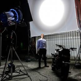 KTM Stuntfahrer Rok Bagoroš als Robbie Williams Stuntman