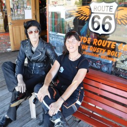 DE: Auf ein Plauscherl mit Elvis | GB: A little chat with Elvis