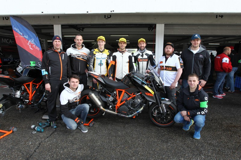 Racing-Ausflug: KTM-Tester Thomas Gradinger, Norbert Thaler, Hannes Maier, flankiert von einem halben Dutzend Mechaniker und Helfer. | Race outing: KTM testers Thomas Gradinger, Norbert Thaler, and Hannes Maier, surrounded by a half-dozen mechanics and assistants.