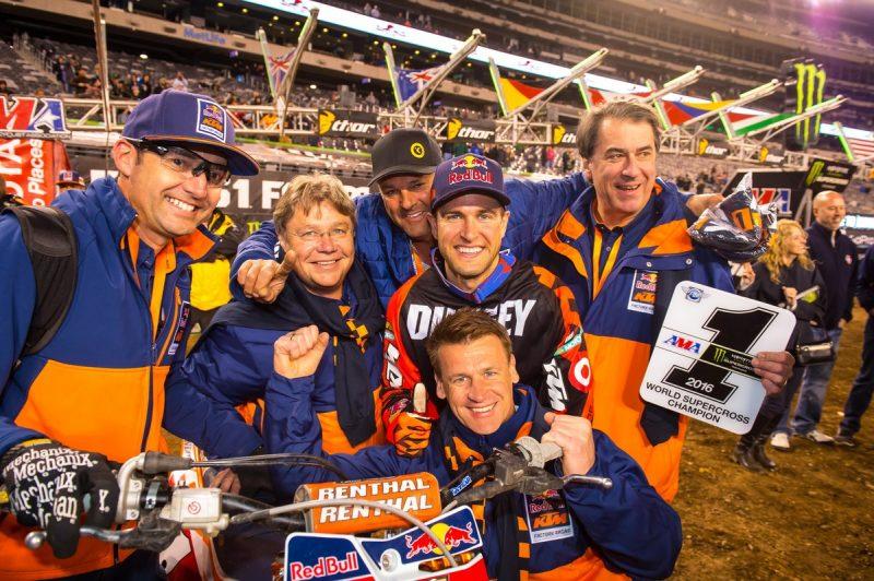 Carlos Rivera, Harald Plöckinger, Troy & Ryan Dungey, Pit Beirer & Stefan Pierer KTM 450 SX-F East Rutherford (USA) 2016