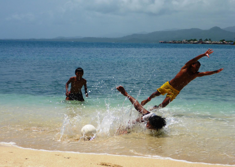 Fußball gibt´s weltweit: auch die Kuna-Jungs sind da keine Ausnahme | Football is a global sport: and the Guna boys enjoy it as much as anyone