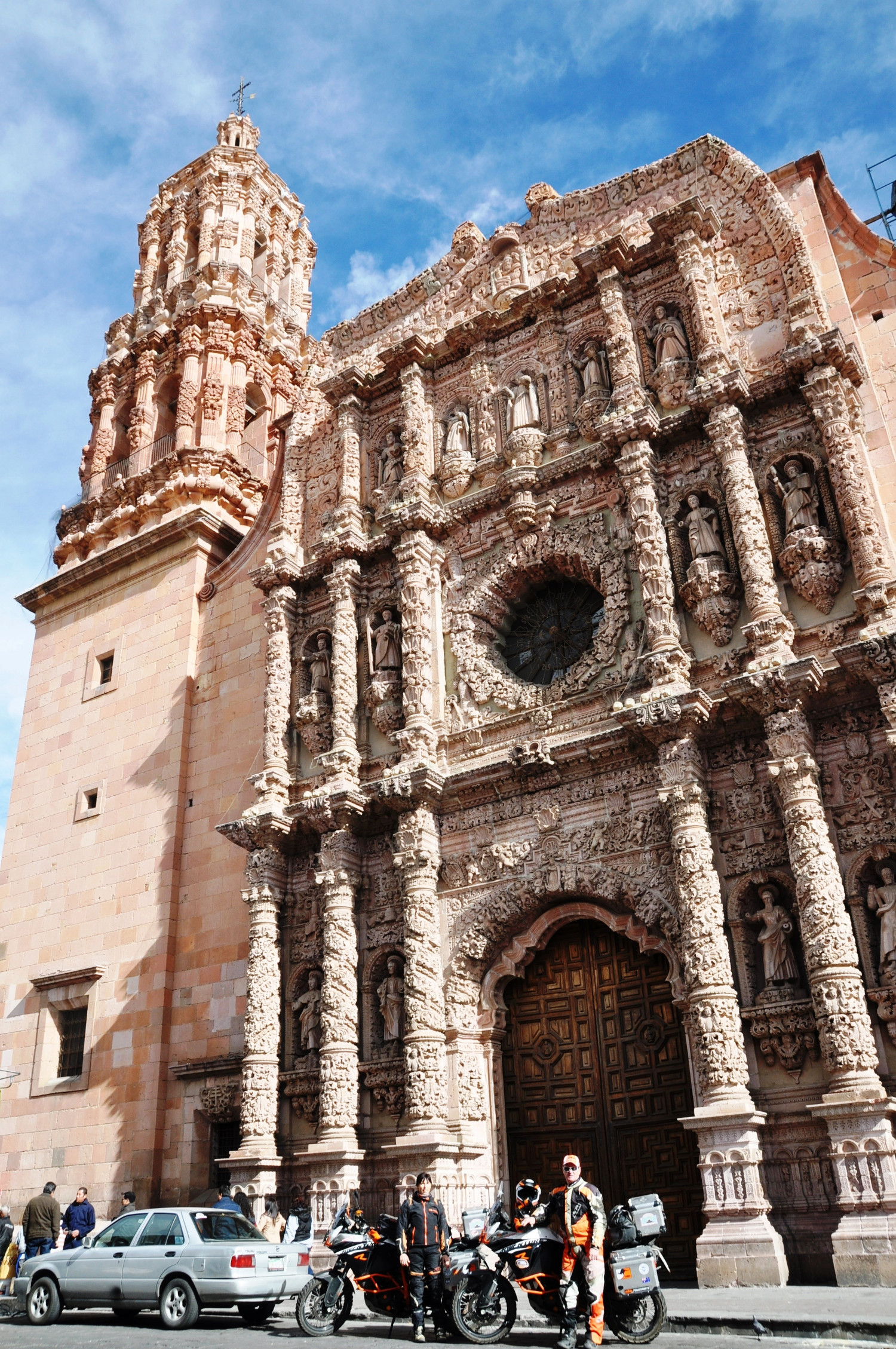 Vor der verschnörkelten Kathedrale von Zacatecas | In front of the ornate cathedral in Zacatecas