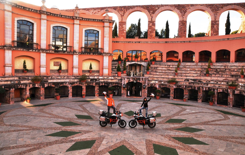 "Zwei ""Motorrad-Toreros"" in einer ehemaligen Stierkampfarena | Two motorcycling toreros in what used to be a bullring"