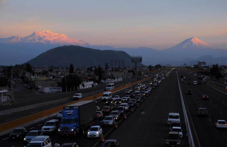 Mexiko City liegt hinter uns: Zwillingsvulkane Popocatépetl und Iztaccíhuatl   Leaving Mexico City behind us: the twin volcanoes Popocatépetl and Iztaccíhuatl