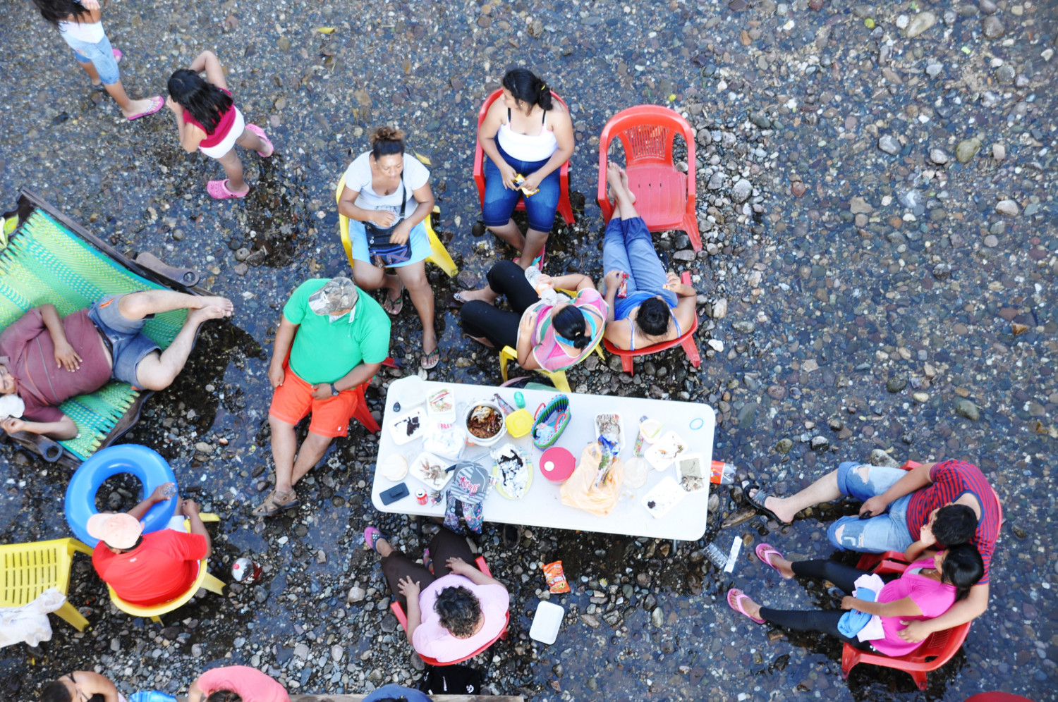 Mexikaner beim Wochenendpicknick mitten im Fluss | A weekend picnic for local Mexicans, in the middle of the river