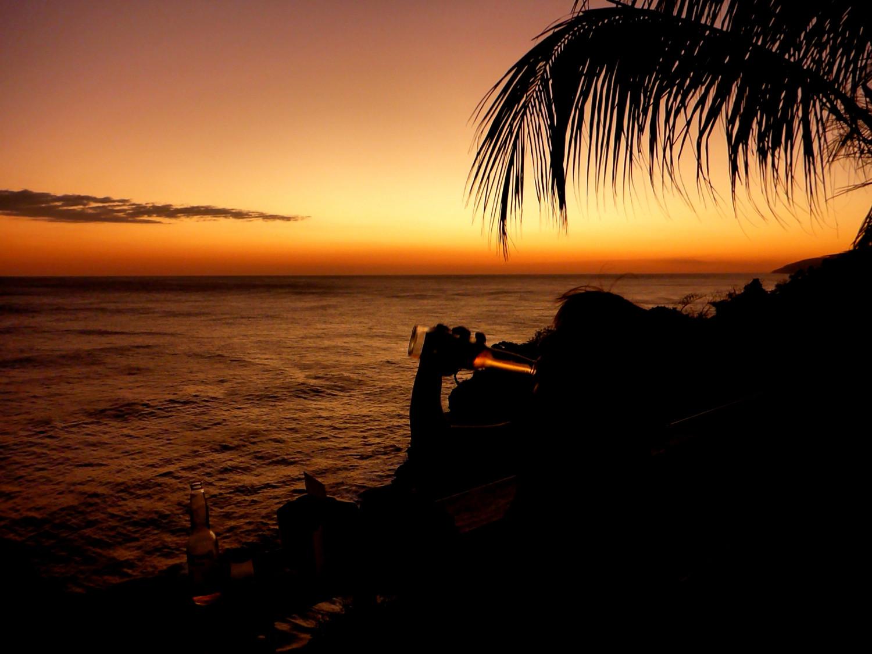 Sonnenuntergang mit Corona an der mexikanischen Pazifikküste   Sunset with a Corona on the Mexican Pacific coast