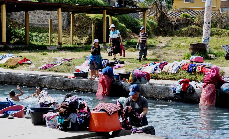 Wäscherinnen am Straßenrand in Cuatro Caminos   Washer women at the roadside in Cuatro Caminos