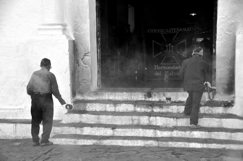 Schamanische Traditionen: in Rauch gehüllte Kirchentreppe   Shamanic traditions: church steps wreathed in smoke