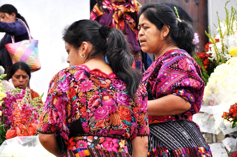 Junge Maya-Frauen beim Einkauf am Wochenmarkt | Young Mayan women shopping at the weekend market