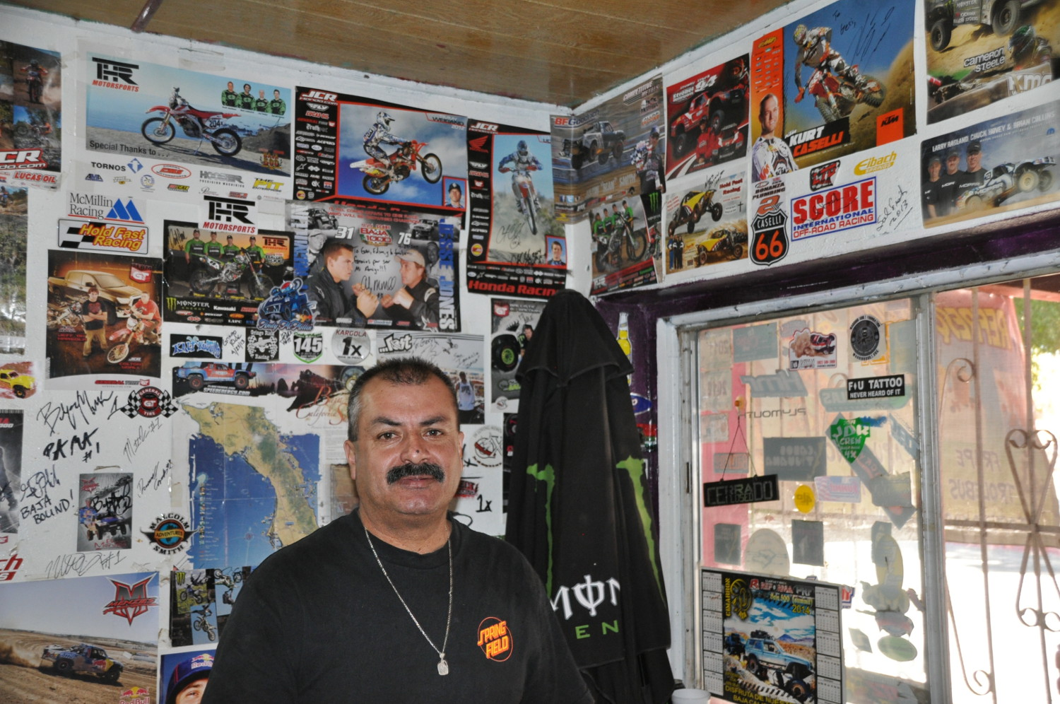 Unübersehbar: der örtliche Barbesitzer ist ein Fan der Rally Baja 1000 | You can't tell the owner of the local bar is a Baja 1000 rally fan!
