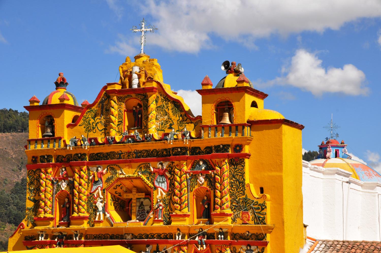 Quietschgelbe Kirchenfassade in Can Andrés Xecul   Bright yellow church façade in Can Andrés Xecul