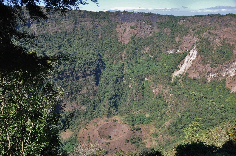 """Blick in den Vulkankrater """"El Boquerón"""" in El Salvador   View into the crater of El Boquerón in El Salvador"""