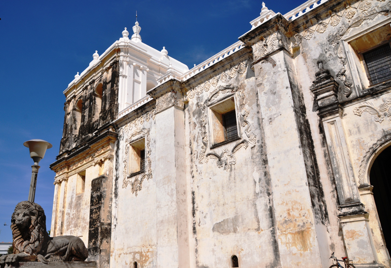 Die verwitterte Basilica von León in Nicaragua ist die größte Kathedrale Zentralamerikas   The weather-beaten basilica in León, Nicaragua, is the largest cathedral in Central America