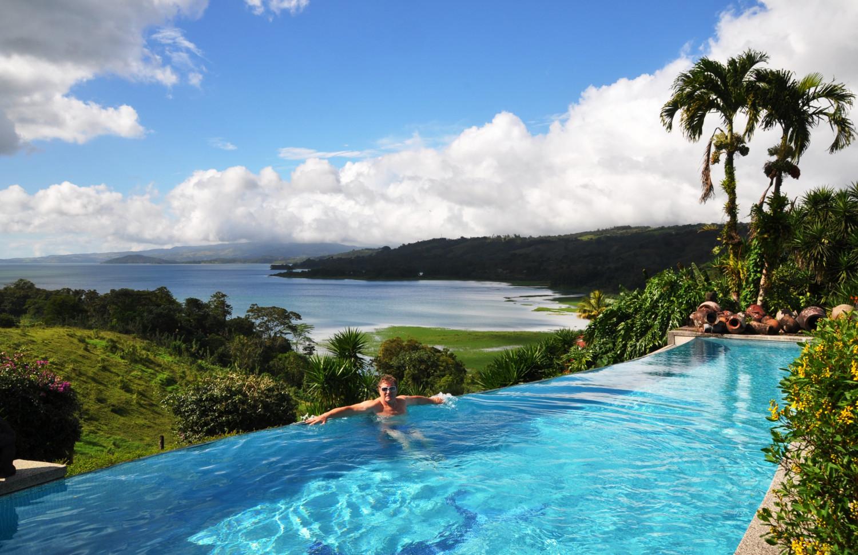 Ein Plätzchen zum Verlieben: Pool mit Aussicht über dem Lago Arenál | A place to linger: pool with view over Lake Arenál
