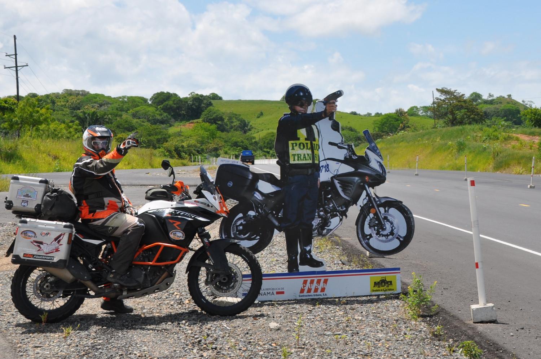 Polizei an der Panamericana: zum Glück nur eine Attrappe! | Policeman on the Pan-American Highway: fortunately, just a dummy!
