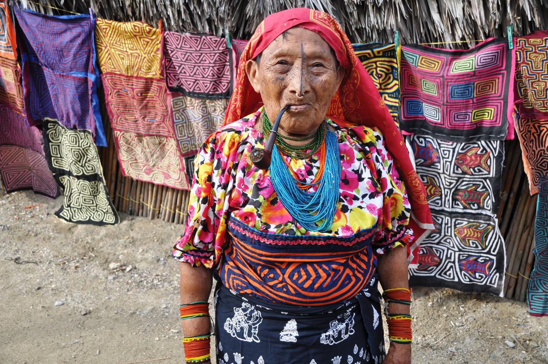 Stolze Indígena: Frau aus dem Stamm der Kuna Yala-Indianer   Proud indigenous woman from the Guna Yala Indian tribe