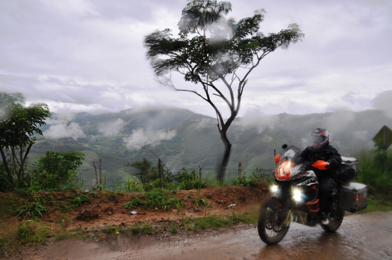 Nebelwälder und Regen begleiten uns in Richtung peruanische Grenze | Our progress towards the border with Peru is accompanied by cloud forests and rain