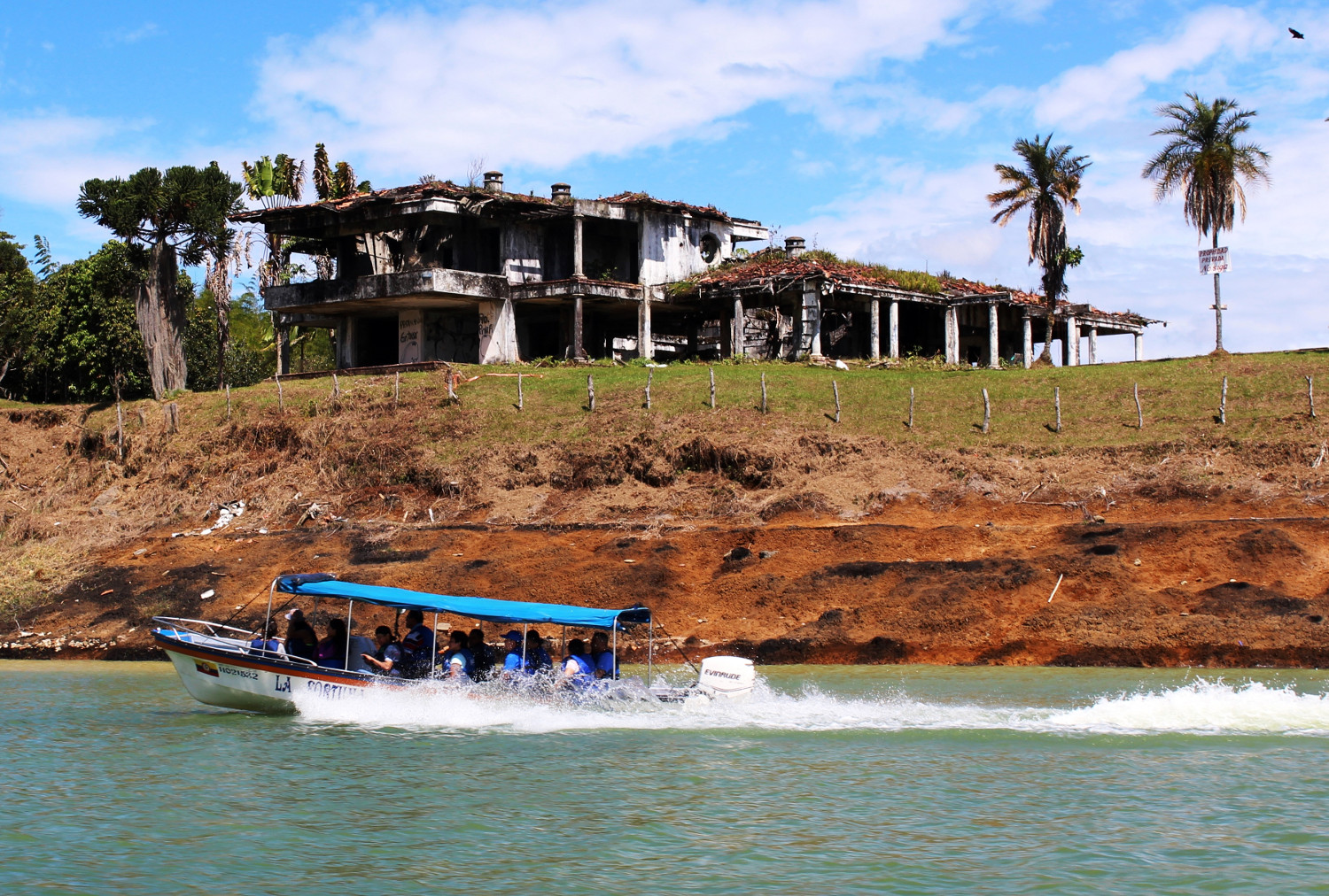 Bootsausflug zum abgefackelten Luxuswohnhaus des Drogenkönigs Pablo Escobar | Boat trip to the burnt-out luxury villa of the drug lord Pablo Escobar