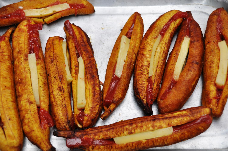 "Kolumbianischer ""Hotdog"": gebratene Bananen mit Käse gefüllt | Colombian ""hotdog"": baked bananas filled with cheese"
