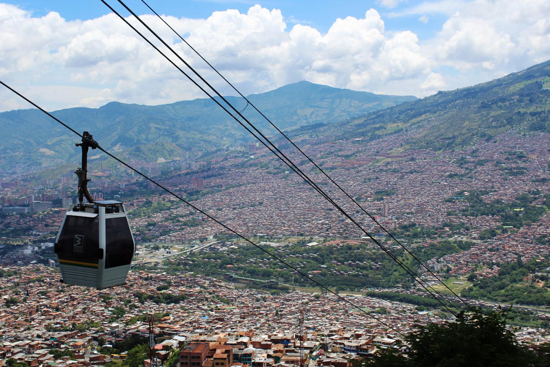 Mit der Seilbahn über Medellín | Crossing Medellin by cable car