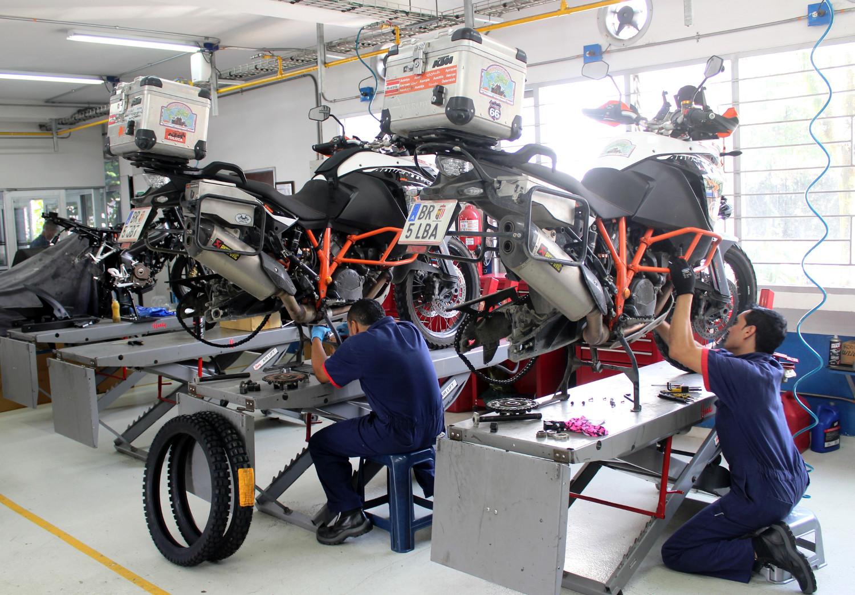 In Medellín gibt´s wieder einen Service und einen Satz neuer Reifen! | Medellin: time for another service and a pair of new tires!