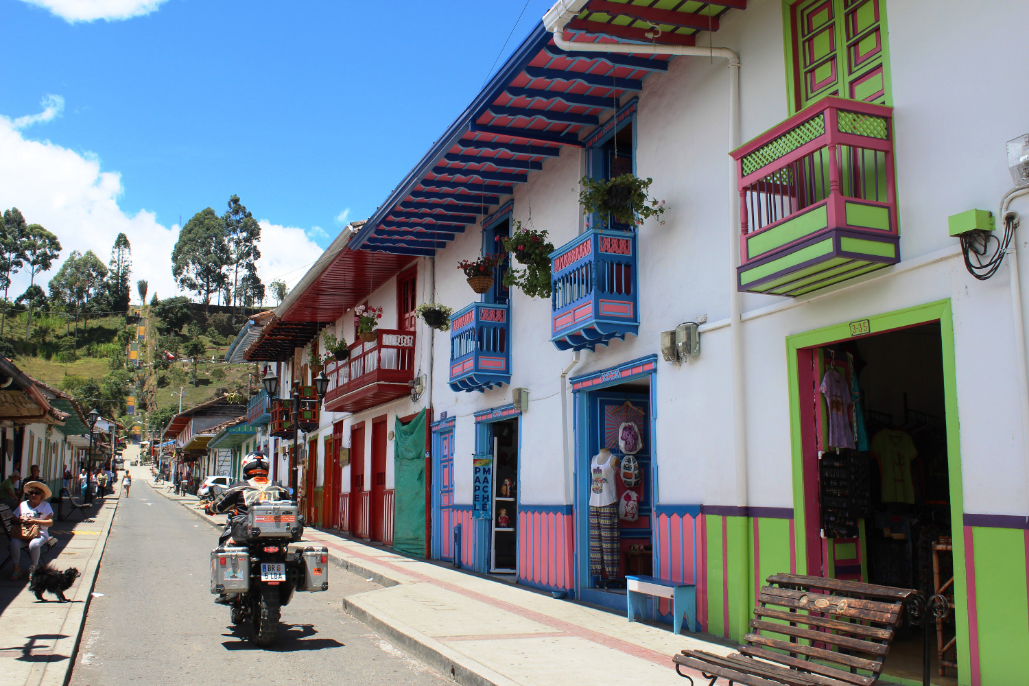 Bunte Häuserzeile in Salento, im Kaffeedreieck von Kolumbien | Row of colorful houses in Salento in Colombia's coffee triangle