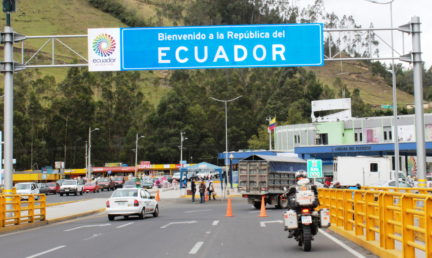 Etwas uncharmanter Grenzübergang von Kolumbien nach Ecuador | The somewhat unappealing border crossing from Colombia to Ecuador