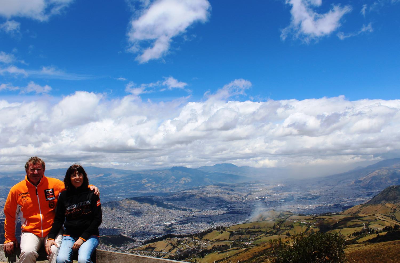 Hinter uns erstreckt sich Quito, die höchstgelegene Hauptstadt der Welt (2.800m) | Spread out behind us lies Quito, the highest capital city in the world (2,800 m)