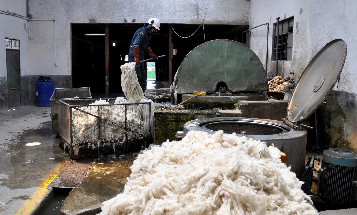 Schafwollverarbeitung in Salinas | Working sheep's wool in Salinas