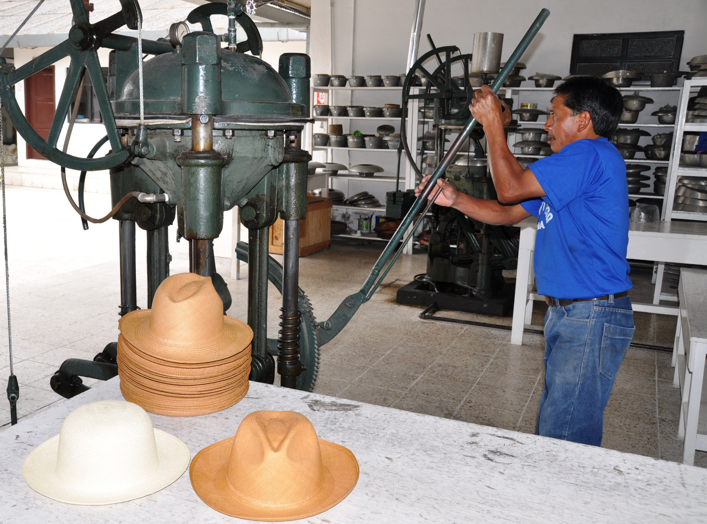 Cuenca: in einer Hutmanufaktur – Panamahüte stammen eigentlich aus Ecuador | Cuenca: hat manufacturers – Panama hats actually originate from Ecuador