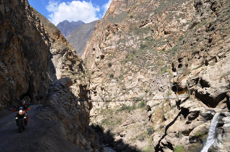 Ab und zu rücken die Berge wirklich nahe zusammen … (Cañón del Pato)   From time to time the mountains really do almost touch… (Cañón del Pato)