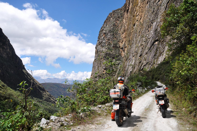 Kehre für Kehre geht´s in dünne Höhenluft   Bend by bend we climb into the thin mountain air