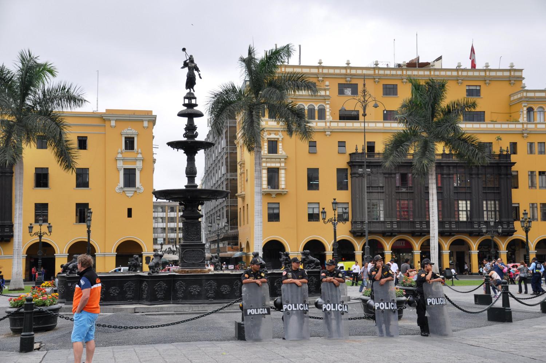 Centro Historico von Lima: Arkaden, geschnitzte Balkone und viel Polizei!   The historical center of Lima replete with arcades, carved balconies, and loads of police!