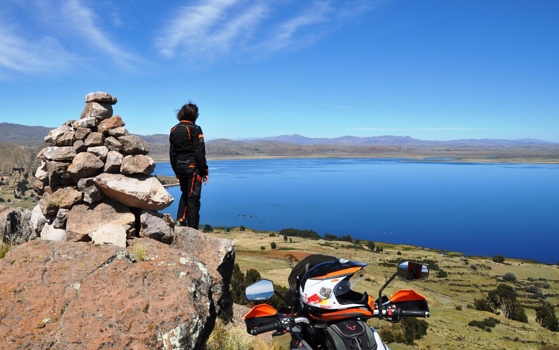 Blick über den Titicacasee, den größten See Südamerikas   View across Lake Titicaca, the largest lake in South America