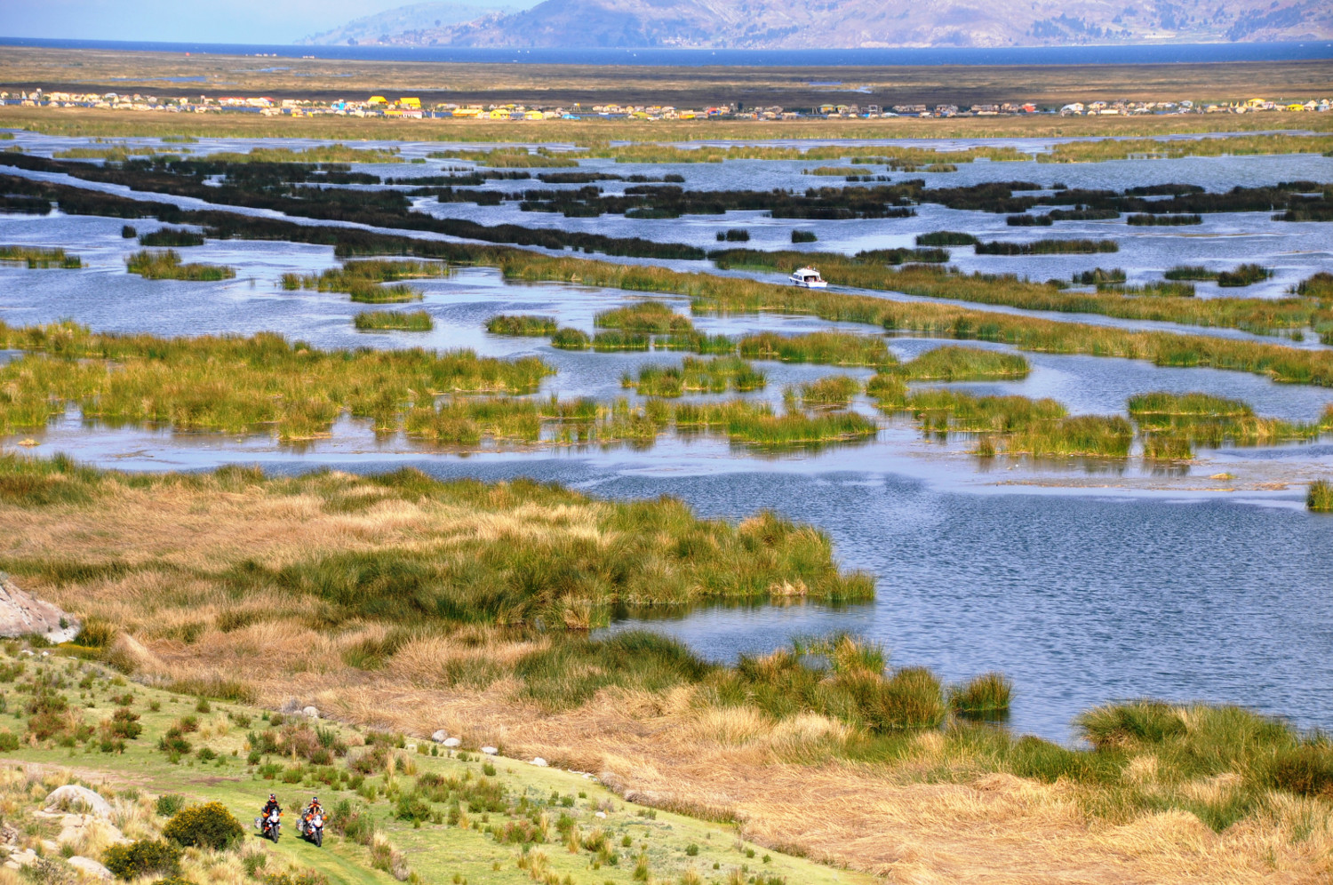 Titicacasee: immer am Ufer entlang   Lake Titicaca, still along the banks