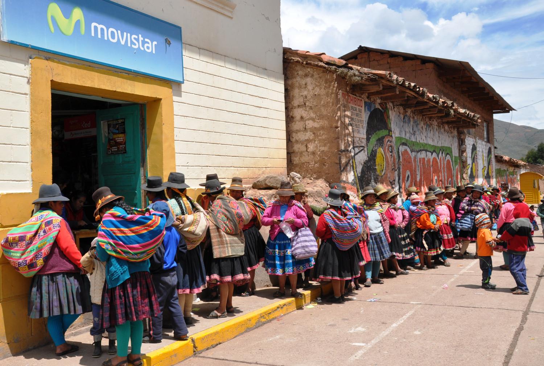 Frauen stellen sich für die monatliche Familienbeihilfe an   Women queue up for the monthly family allowance
