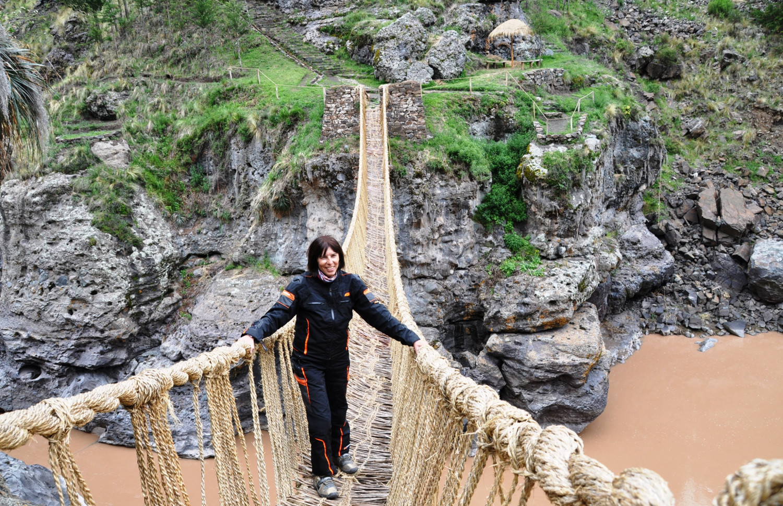 Wackelig: handgeflochtene Grasbrücke über den Fluss Apurimac | Rickety: a hand-woven grass bridge over the Apurímac River