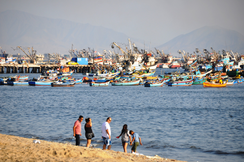Fischerboote im Hafen von Chimbote | Fishing boats in Chimbote harbor