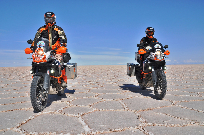 Einmal quer durch den Salar de Uyuni, der größten Salzpfanne der Welt | Riding across the Salar de Uyuni, the world's largest salt flat