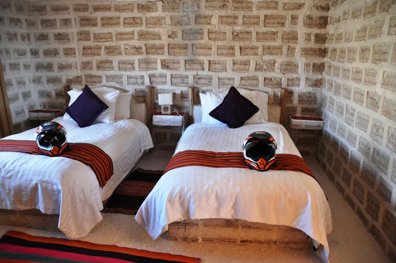 Salzhotel: Bett, Nachtkästchen, Boden – alles aus Salz   Salt hotel: bed, bedside tables, floor – everything's made of salt