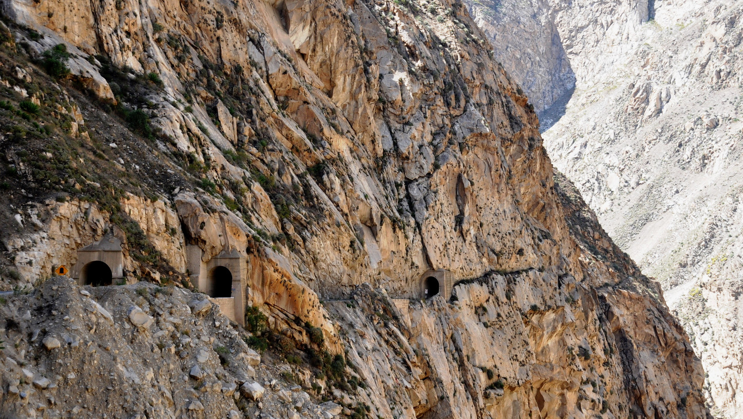 Tunnelserie am Rande des Abgrunds   A series of tunnels on the edge of a precipice