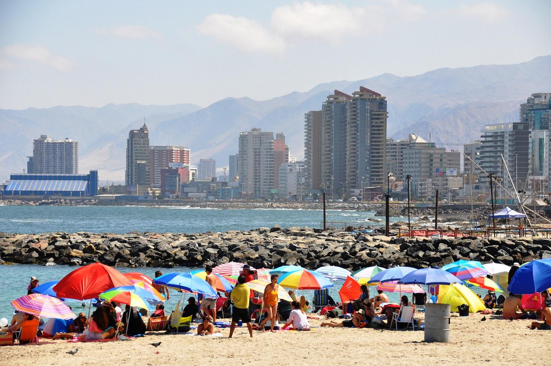 Sommerferien: Sonnenschirmparade am Strand von Antofagasta | Summer holidays: a row of parasols on Antofagasta beach