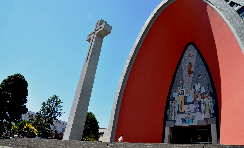 Superstabil: moderne und erdbebensicher gebaute Betonkirche in Chillán | Super-stable: modern and earthquake-proof concrete church in Chillán